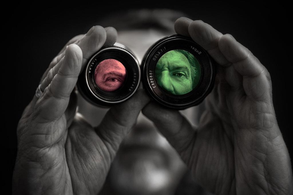 homme au travers d'objectifs colorés différents
